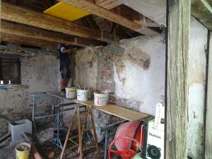 Die Wände mit Klakputz ausgebessert
